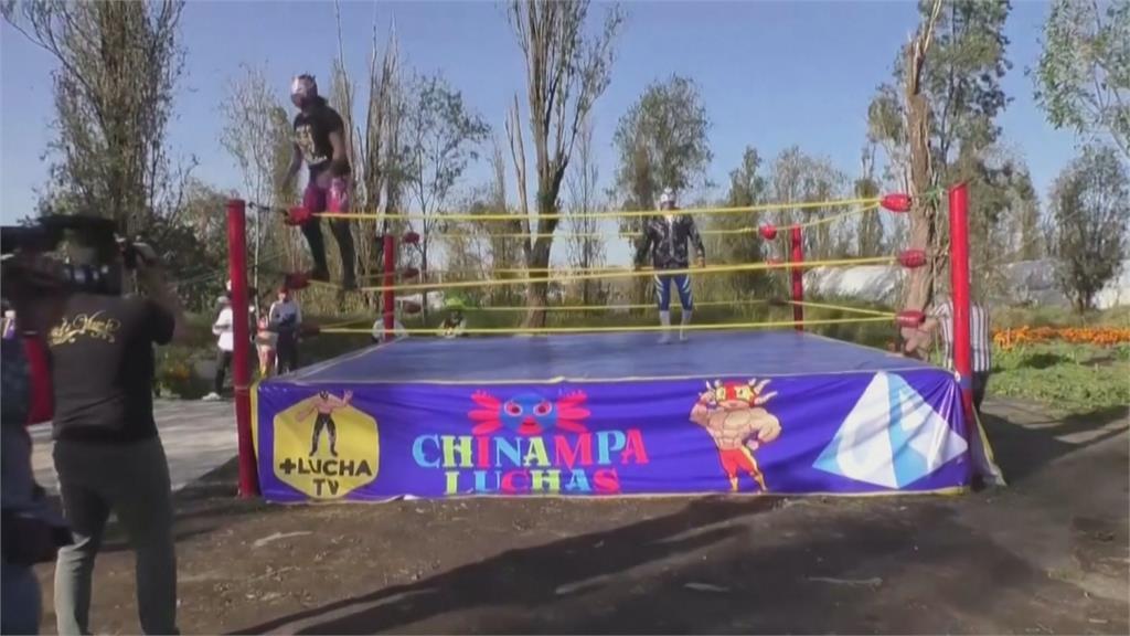 墨西哥「漂浮花園」搭擂台 運河上辦水上摔角比賽