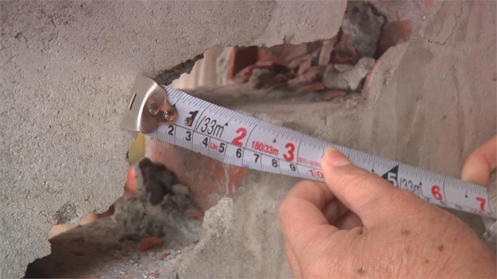 新建案開挖地下室 疑造成鄰近社區48戶民宅受損