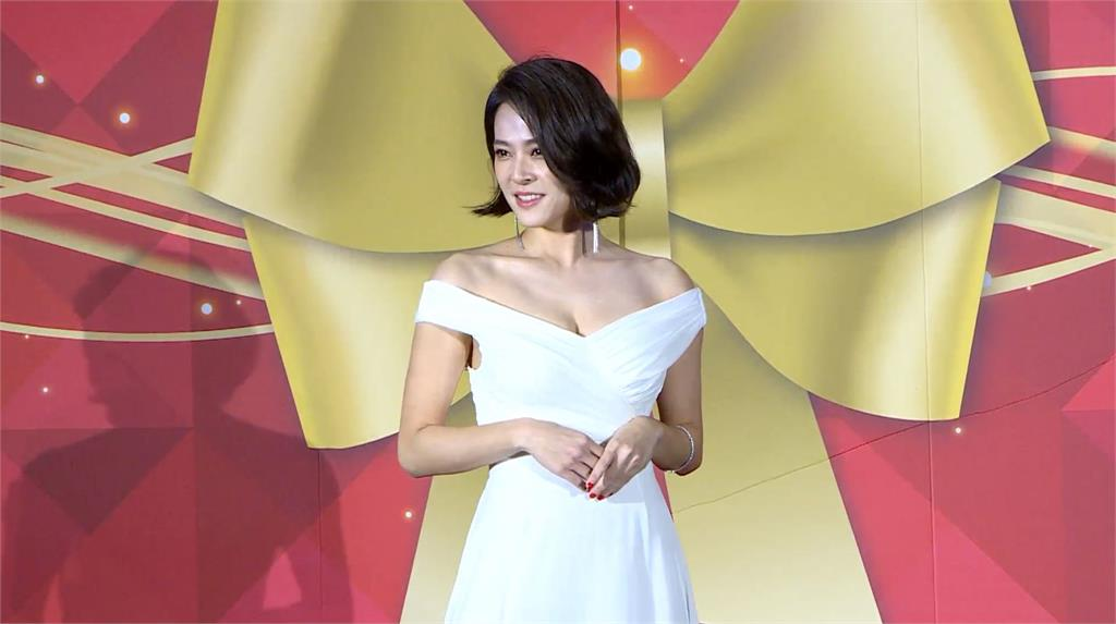 戲劇女神來了!蘇晏霈深V禮服出席冠軍團隊代言活動辣翻全場