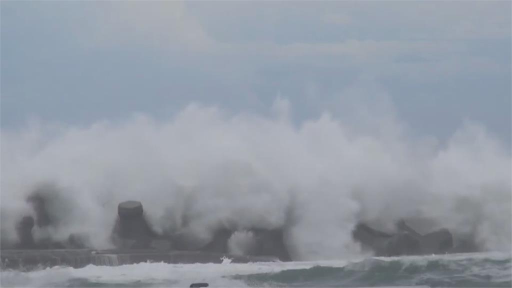 東海岸大浪六層樓高 民眾漁港觀浪 超危險