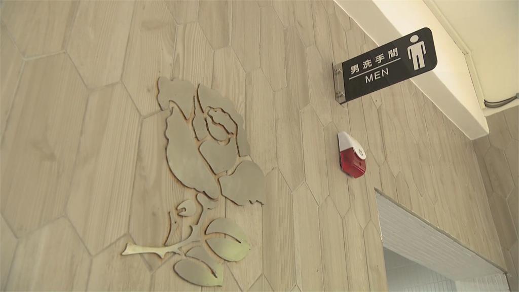 追思「玫瑰少年」 高樹國中男廁設銀玫瑰圖騰!