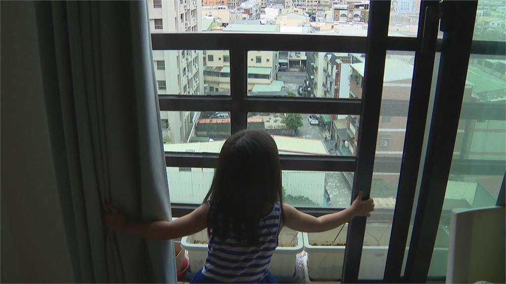 找媽媽?3歲女童爬窗台自3樓墜落樹枝緩衝! 熱血鄰居一把抱住救命