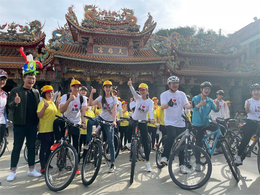 圖多/陳美鳳、童韋傑、蔡允潔在家鄉基隆騎鐵馬參拜媽祖活動!吸引不少民眾圍觀