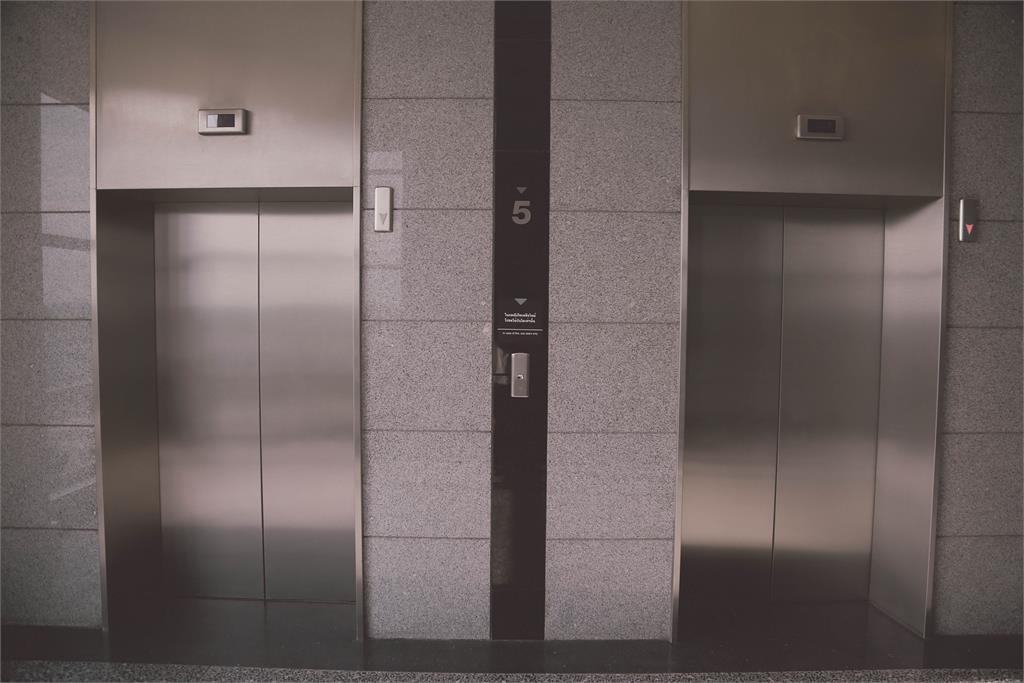 「詭電梯」殺人?上一秒撥電話「救我」下秒電梯衝上30樓女乘客慘死