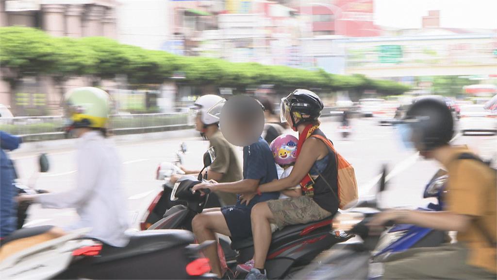 三貼抱一歲幼子坐機車被開罰!母哭訴有車才能載小孩出門?PO文掀網路論戰