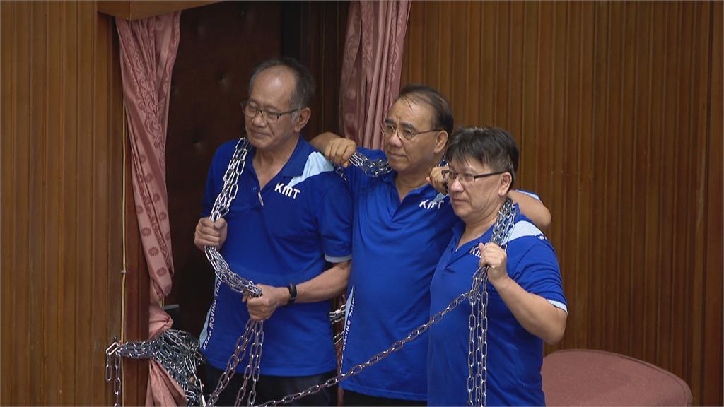 藍委占議場鐵鍊纏身也「超前」「鐵鍊三人組」大哥、二哥都出事