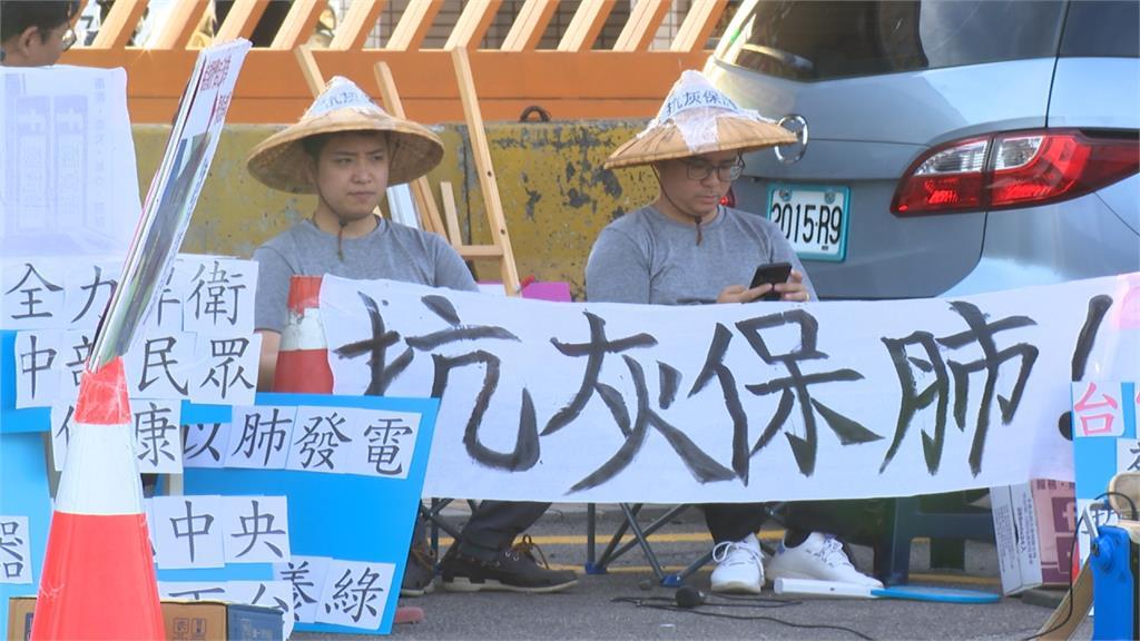 抗議中火重啟二號機 台中藍營議員大門靜坐抗議