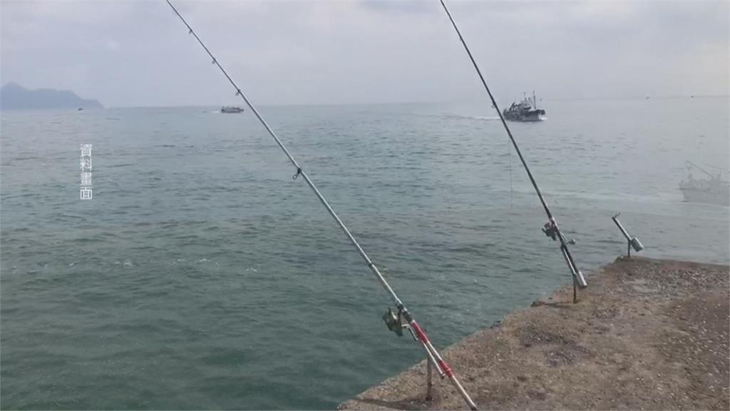 天候變換海象莫測!海邊釣魚不忘安全警消柔性勸導釣客 防瘋狗浪釀傷亡