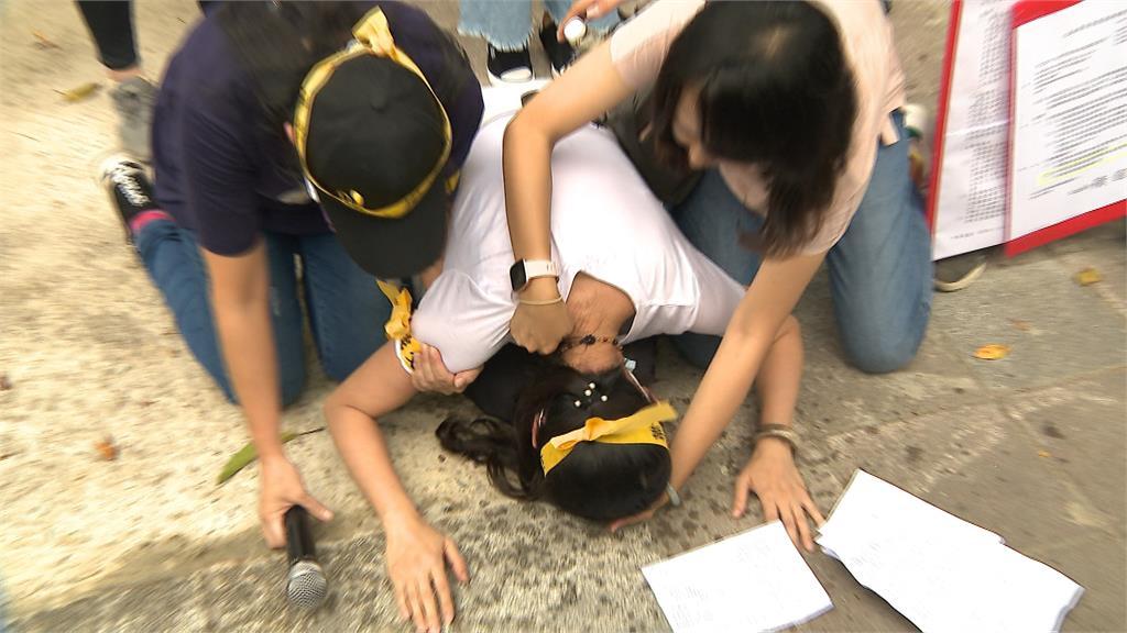 抗議稻江停辦 教育部前媽媽激動跪哭!