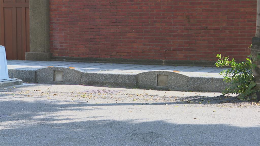 夜晚走過怪怪的! 台中清水國小路緣石被指「像墓碑」