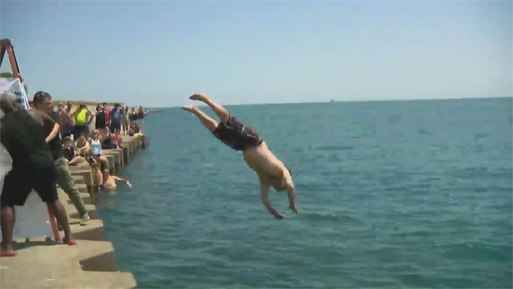 疫情煩悶靠跳湖游泳紓壓 公車司機連跳365天