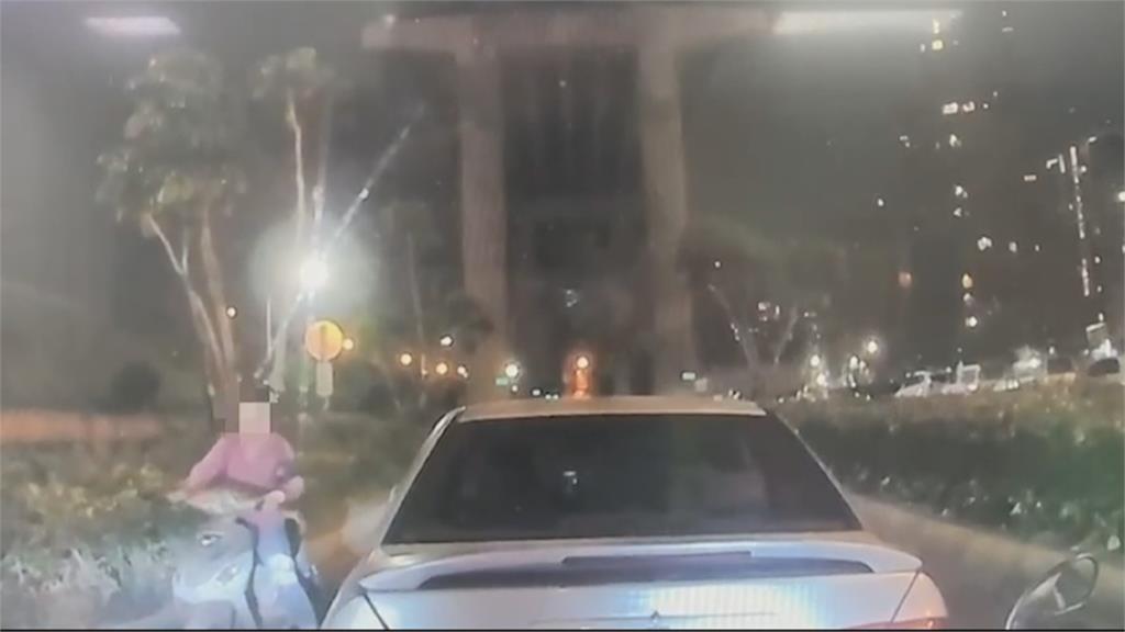 誤闖匝道急煞釀後方汽車追撞!肇事婦人竟悠哉調頭、逆向離開
