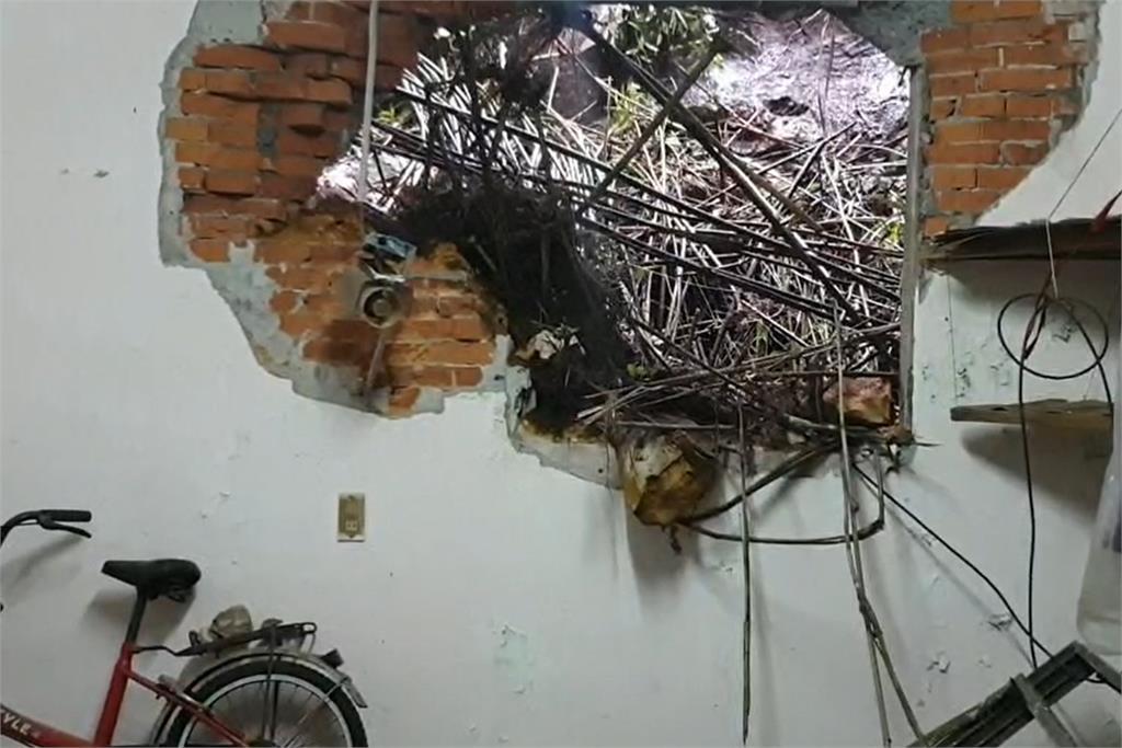 快新聞/基隆山壁落石滾進住家「砸出大洞」 住戶嚇到腿軟