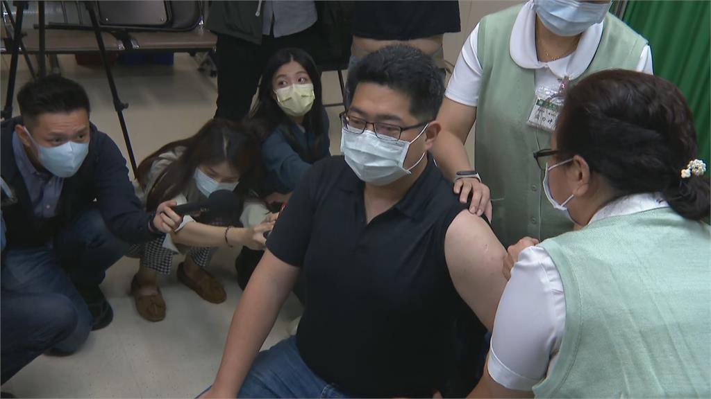 快新聞/自費AZ疫苗開打! 亞東醫院預約爆滿 民眾直呼:不擔心副作用