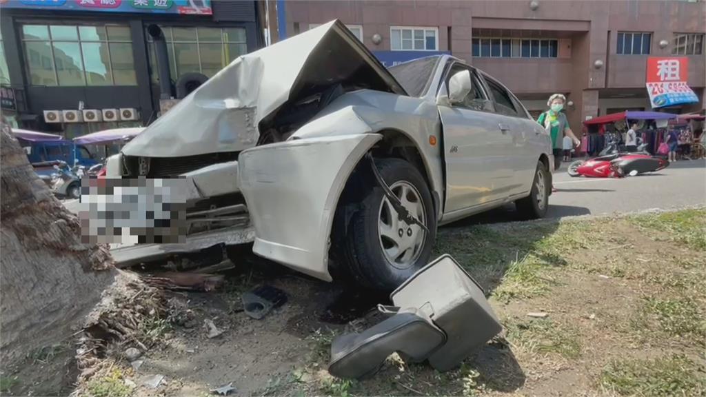 嚇死!等妻子買菜 老翁車輛突暴衝撞傷2人