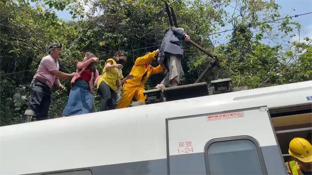 太魯閣號408次列車遭撞出軌  54死156傷悲劇