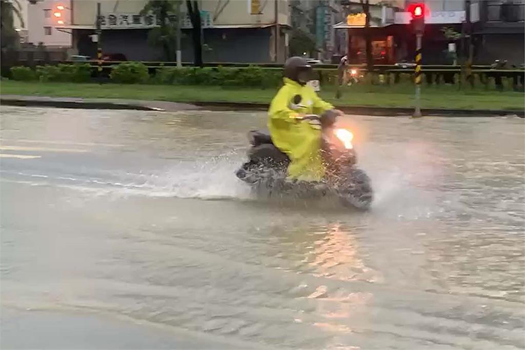 快新聞/雨彈狂炸南台灣! 夢時代附近積水 桃源區24小時累計雨量破400毫米
