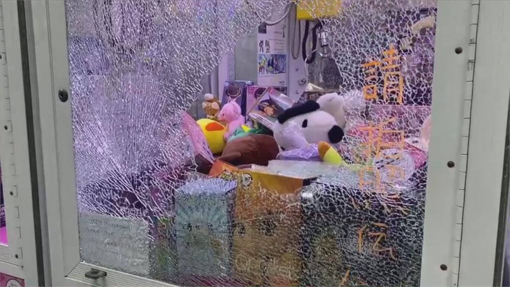 火烤娃娃機台再潑水 賊破窗偷機台商品