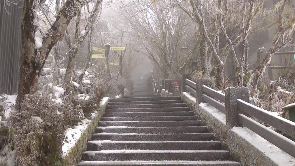 太平山只下冰霰路結冰 車停戶外嚴重結霜「忙解凍 」