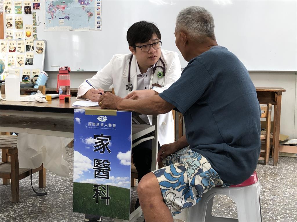 慈濟醫師搭車200公里往台東偏鄉 為民眾提供醫療服務