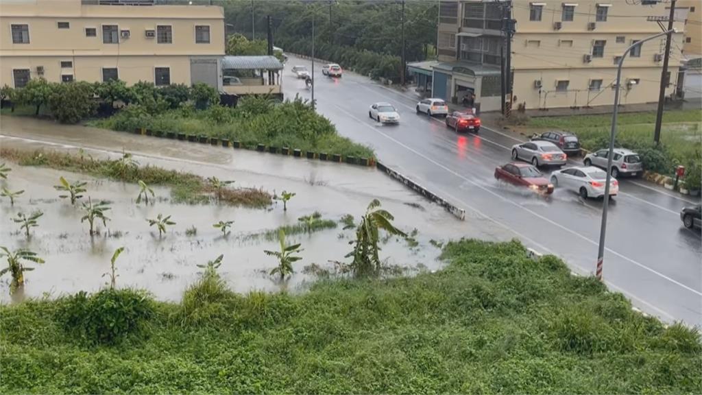 雨彈襲! 茄萣透天厝巷道淹一片 積水險灌客廳