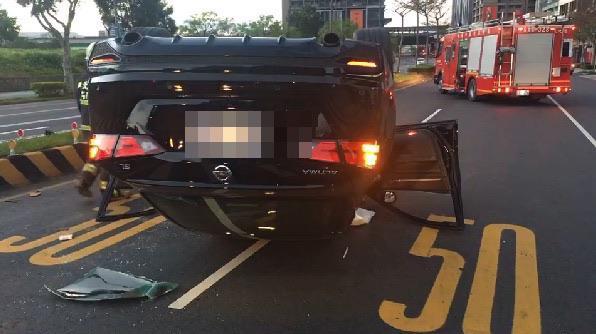 快新聞/轎車自撞分隔島四輪朝天倒路中 駕駛一度受困車內