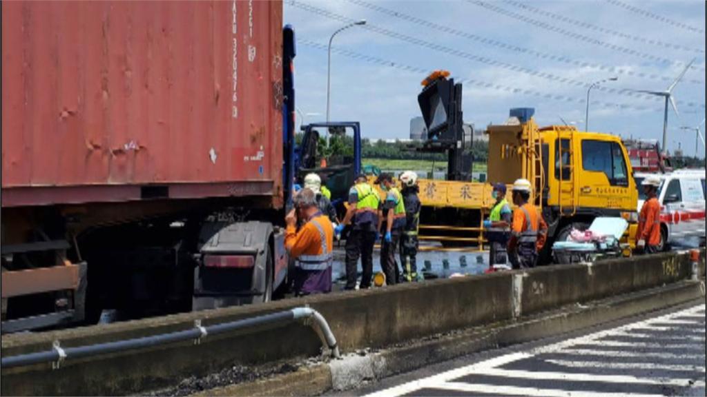 轟隆…彰化台61線車禍! 貨櫃車撞工程車「駕駛一度受困」