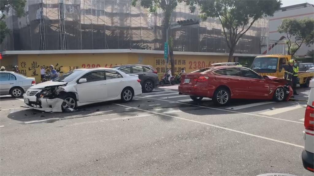 疑轎車闖紅燈肇事 5車連環撞釀7人傷