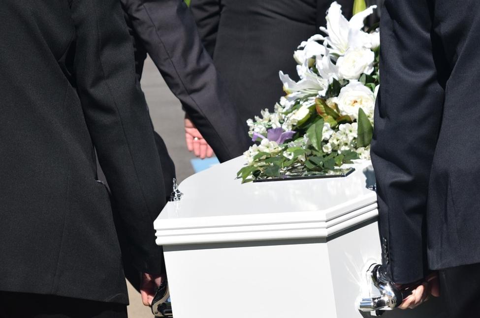 殯喪業者誤領遺體「燒錯人」 家屬悲痛控訴:擲筊連6次笑杯