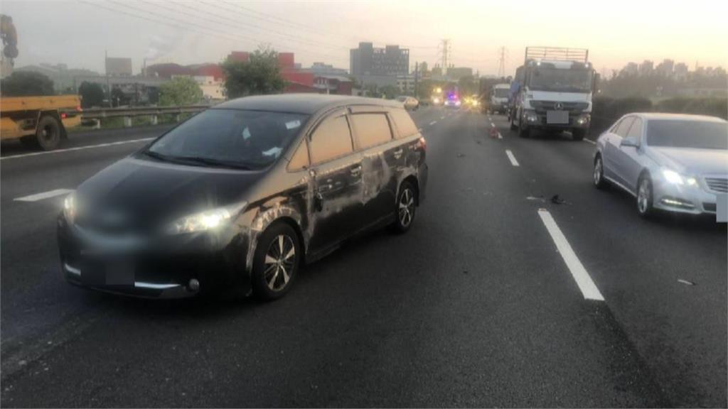 駕駛恍神追撞前車 翻車刮火花驚險一瞬間
