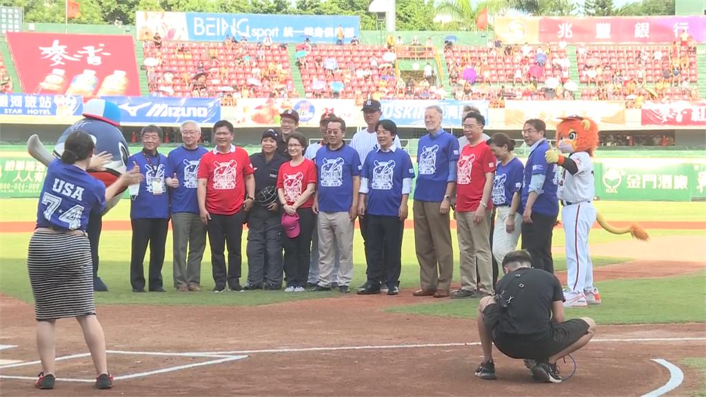 快新聞/台南棒球場美國日 AIT處長大讚「台灣防疫和民主」