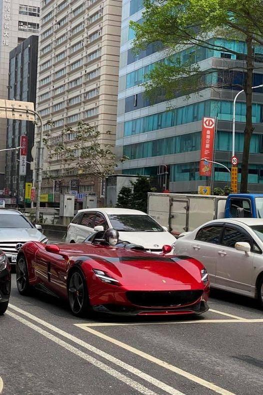 台北街頭直擊 價值8500萬法拉利超跑!網友酸:一個人開很孤單