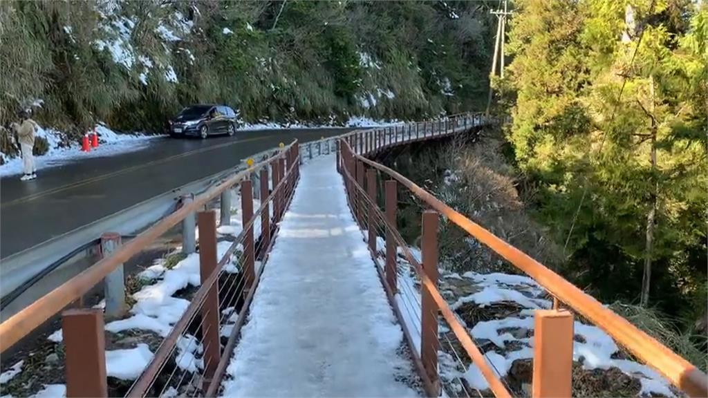 宜蘭太平山觀雲棧道賞雲海最佳路段 啟用2週鐵杆遭撞斷!