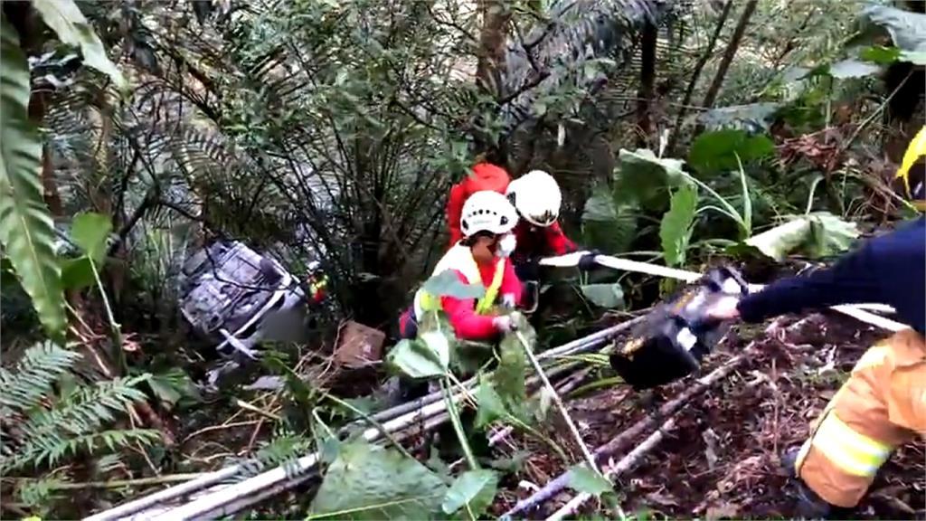 險!8旬翁駕自小客不慎墜谷 樹叢攔車救命
