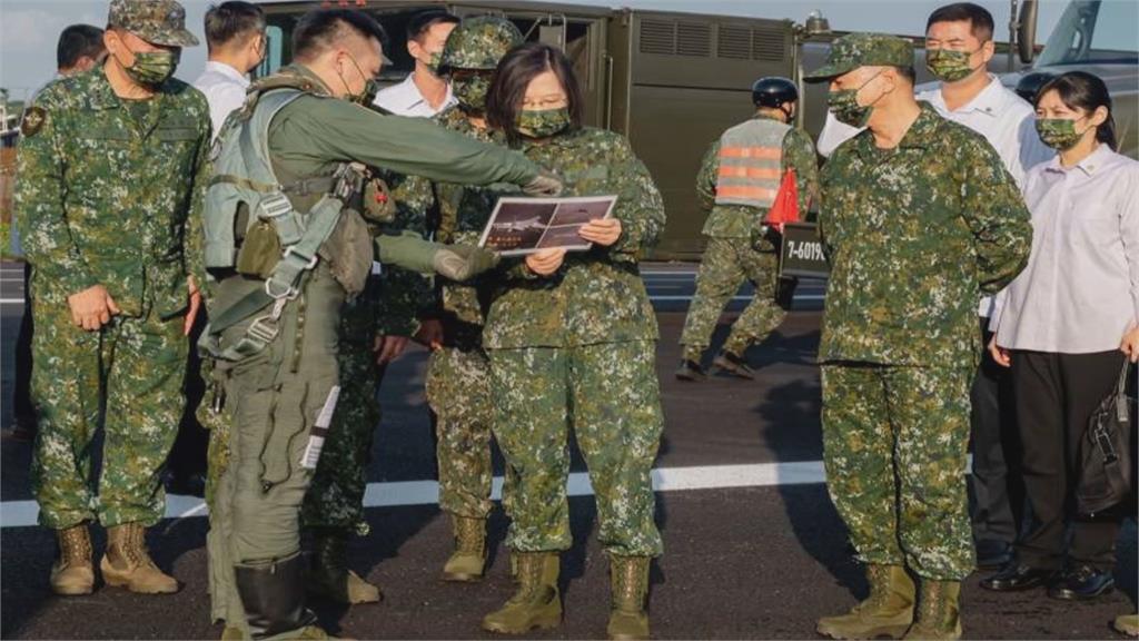 府秀出F16攔截中軍轟6照 展現我空軍戰力