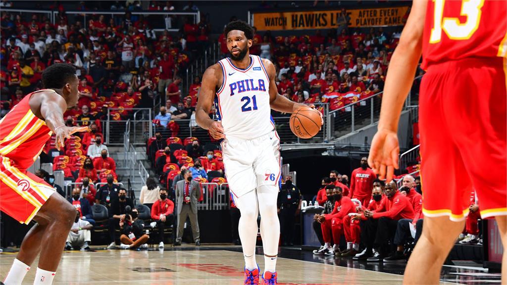 NBA/恩比德全能表現 76人擊敗老鷹、系列賽取得領先