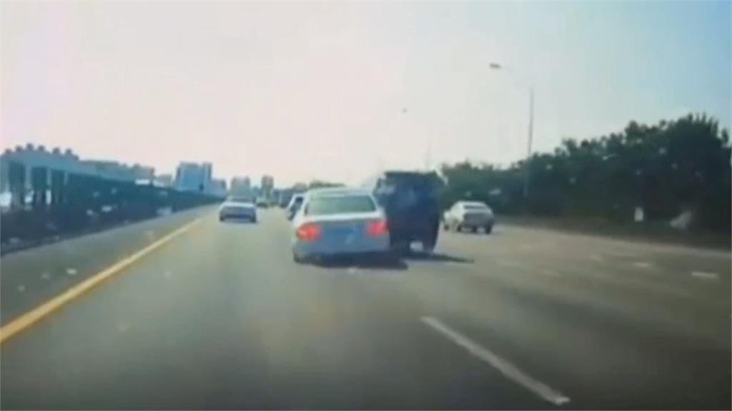 肇事白色轎車疑變換車道不慎 休旅車遭撞衝護欄四輪朝天 車尾被撞凹
