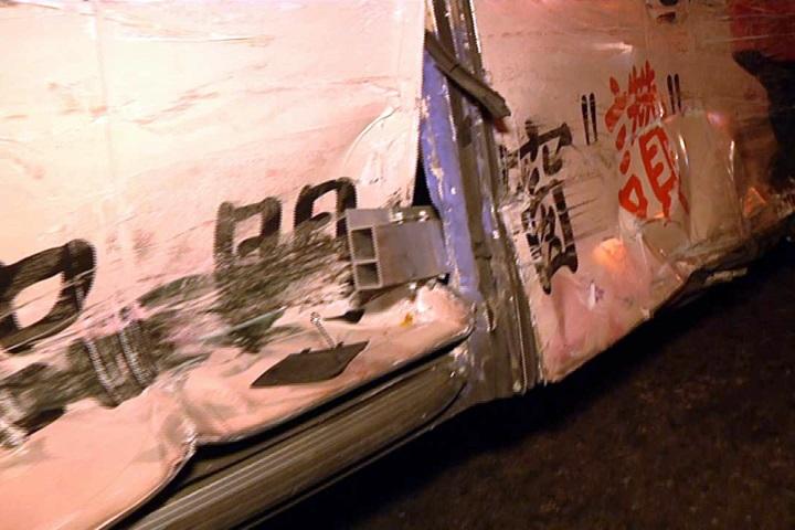 白色休旅車路口撞客運 客運乘客受驚嚇