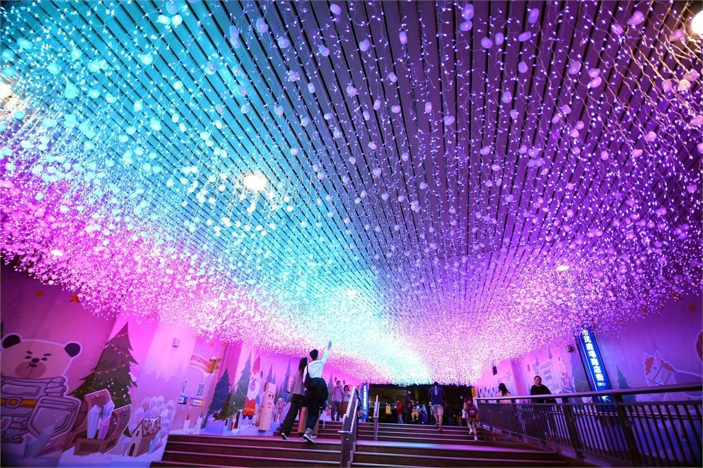 【攻略】新北耶誕城這樣玩「4大燈區+8絕美光廊」迪士尼夢幻美照拍不完