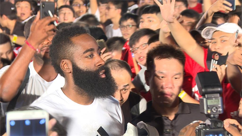 哈登MVP魅力爆表 3000粉絲擠爆輔大