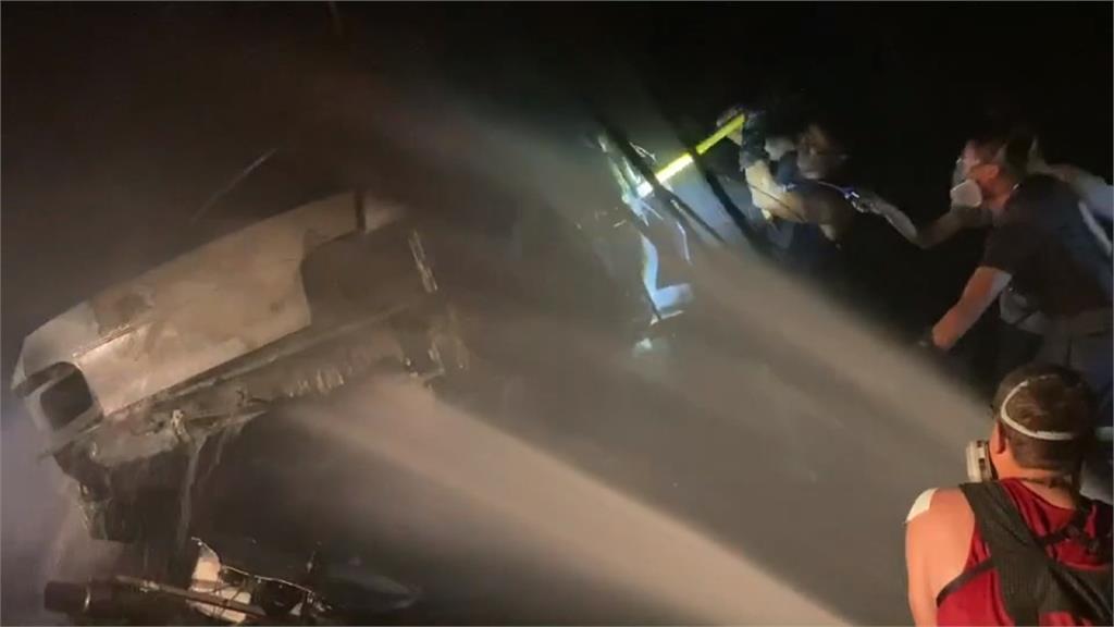火燒車!轎車自撞路樹 車上2人燒成焦屍