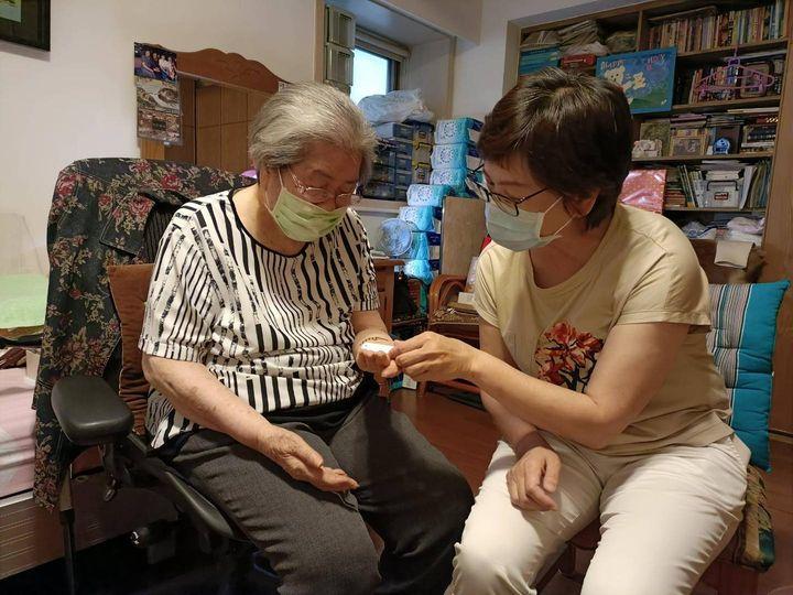 網友淚崩!96歲奶奶血氧剩70堅決不打疫苗「我這一劑要留給年輕人」