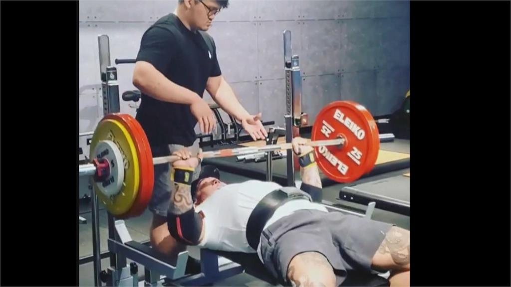 槍擊後努力復健 館長舉重160公斤