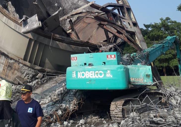 快新聞/廢棄儲油槽突倒塌! 怪手駕駛當場被砸「命危送醫搶救中」