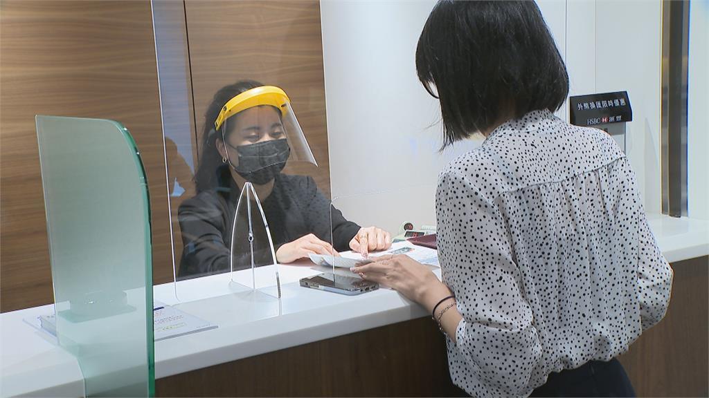 銀行實聯制還不夠!櫃檯設防疫隔板、行員還戴面罩