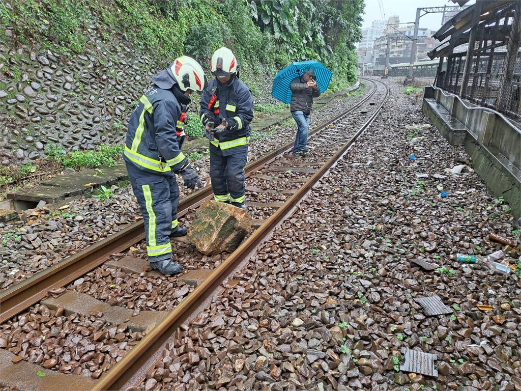 快新聞/又傳落石掉至鐵軌! 台鐵基隆=七堵雙向列車延誤