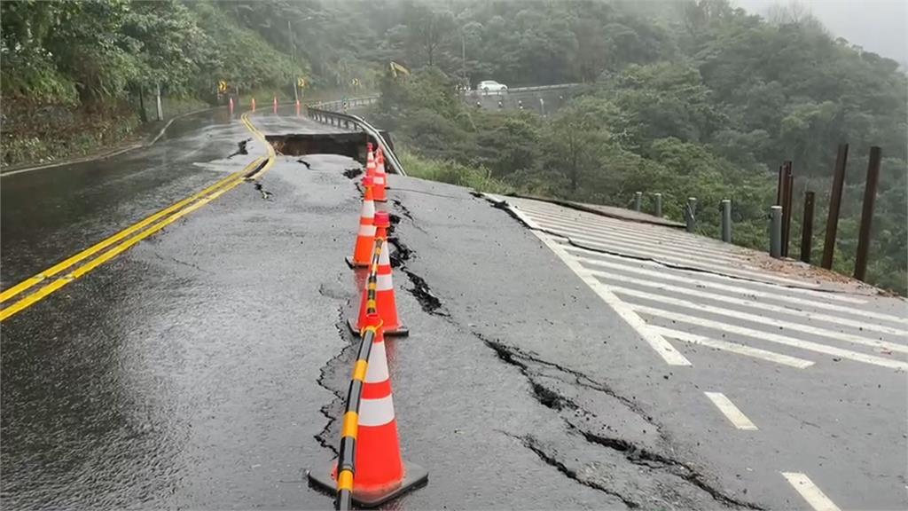 連日大雨 新北金山區台2甲線8.4km坍塌