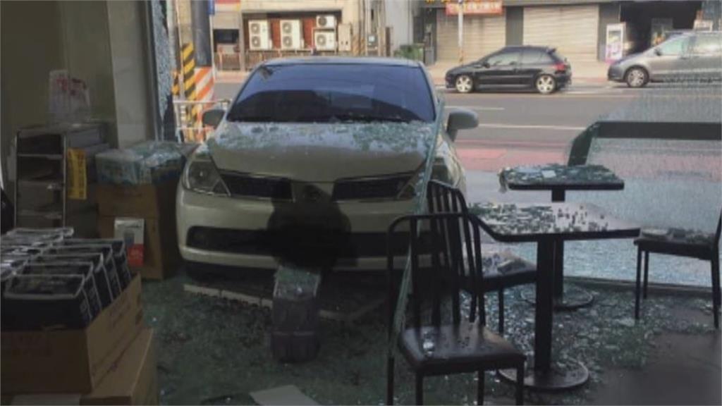 停車要煞車卻誤踩油門!員工開車暴衝撞自家超商