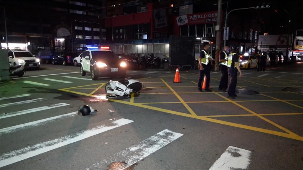 騎士疑違規躲避警察 高速衝撞路口小黃