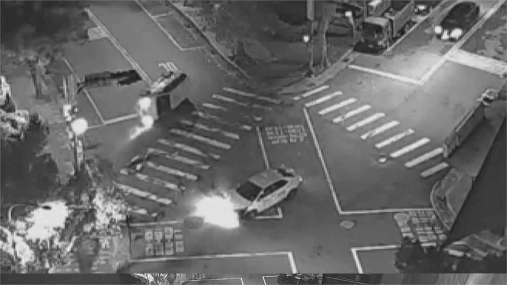 台北市翻車意外!  2小黃兩不相讓撞成一團
